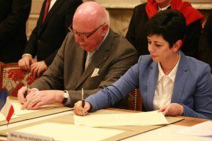 Mme Nariné Aghabalian, Ministre de la Culture et de Jeunesse du Haut-Karabagh et M. Jacques Rémiller, Maire de Vienne signent la Charte.