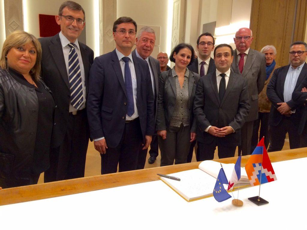 Les signataires MM. Curtaud (2ème g.) et Kovacs (3ème g.) en présence de M. Rochebloine Président du Cercle, de M. Guévorkian, Représentant du Karabagh en France et de M. Remiller, ancien maire de Vienne